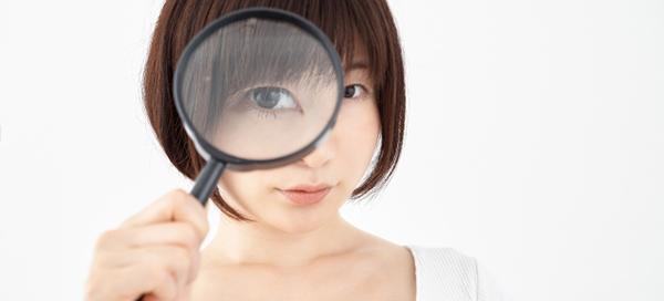 観察する女性